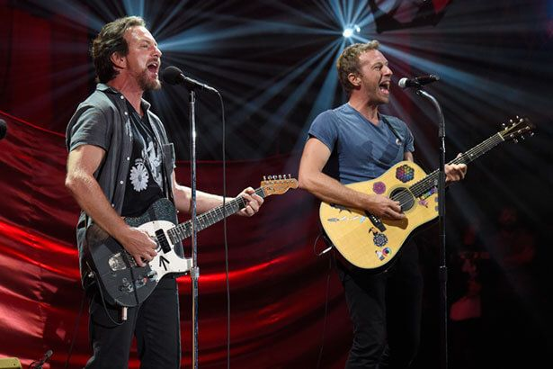Imagem: Chris Martin e Eddie Vedder apresentam Don't Dream It's Over, do Crowded House, em festival - show