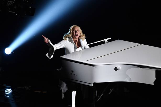 "Imagem: Vendas de ""Til It Happens to You"" aumentam após performance no Oscar"