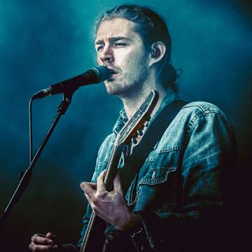 "Imagem: Hozier canta ""Lay Me Down"", de Sam Smith"