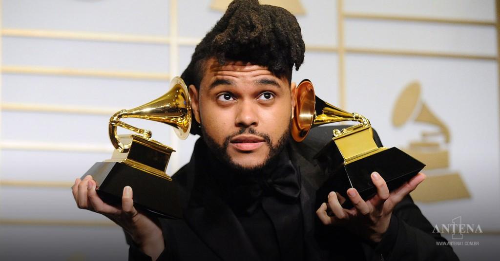 Placeholder - loading - The Weeknd segurando seus dois Grammys em 2016 – Photoshoot/Divulgação