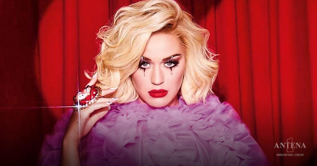 Placeholder - loading - Katy Perry em fundo de cortinas vermelhas – Photoshoot/Divulgação