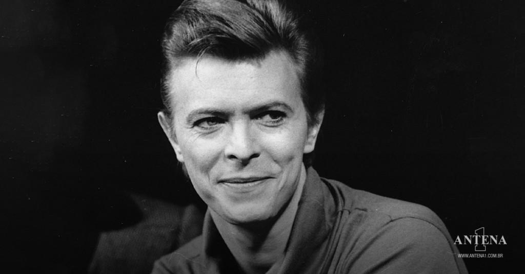 Placeholder - loading - David Bowie em fundo preto e branco