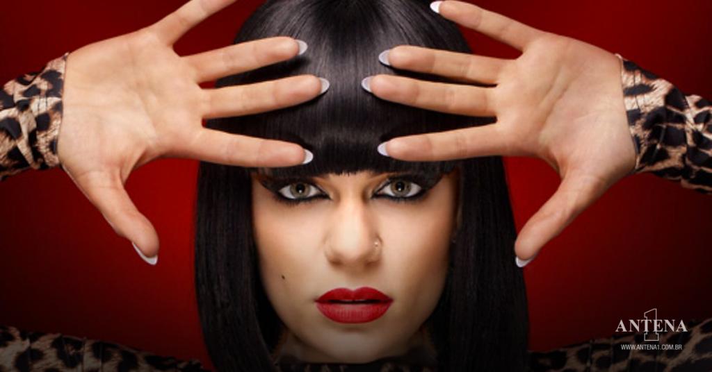 Placeholder - loading - Jessie J em fundo vermelho – Photoshoot/Divulgação