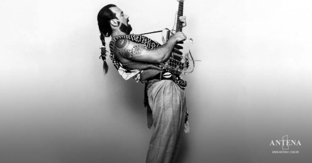 Placeholder - loading - Michael Sembello em fundo preto e branco