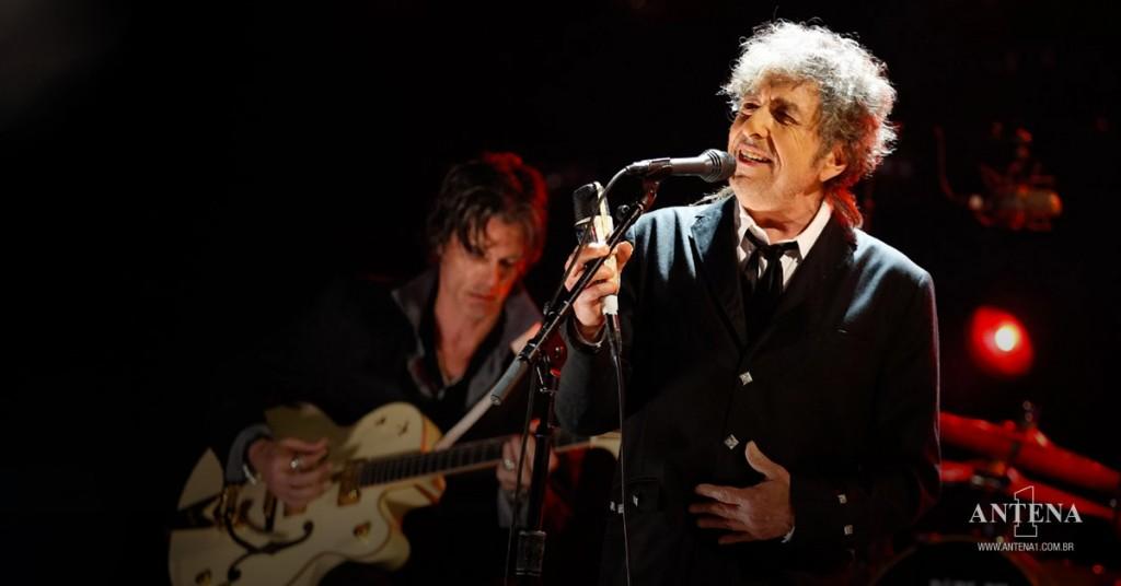 Placeholder - loading - Bob Dylan em fundo preto