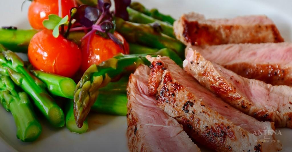 Placeholder - loading - Prato de aspargos com carne (Foto: Pixabay)