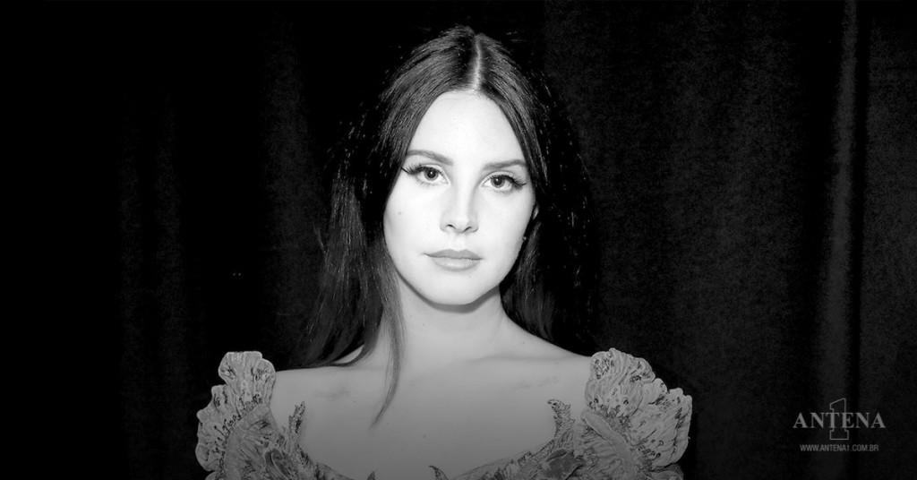 Placeholder - loading - Lana Del Rey em foto preto e branco usando vestido com fundo escuro – Photoshoot/Divulgação