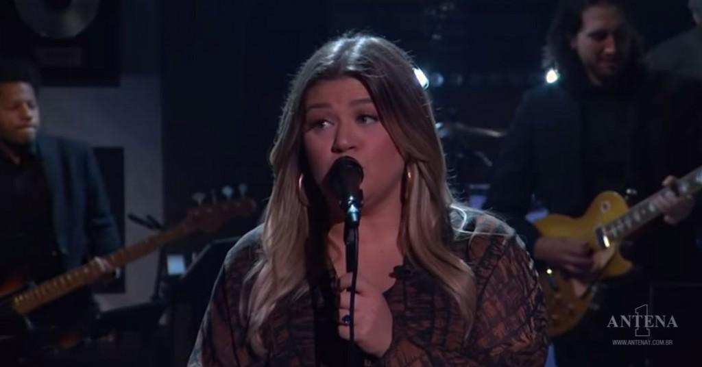 Placeholder - loading - Kelly Clarkson em uma apresentação de seu programa