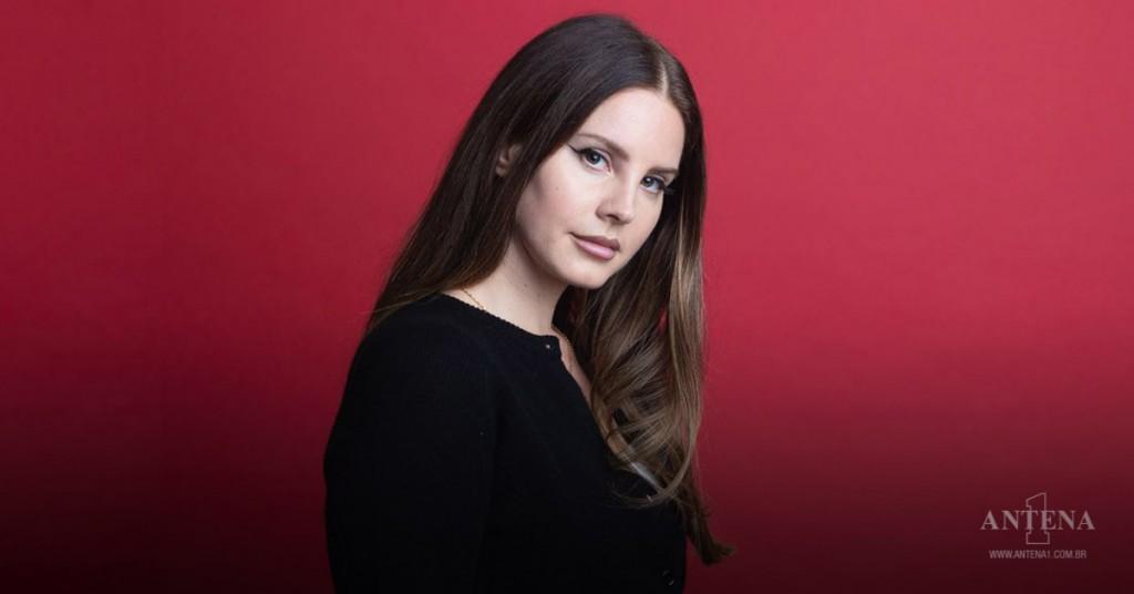Placeholder - loading - Lana Del Rey durante photoshoot feito em 2019