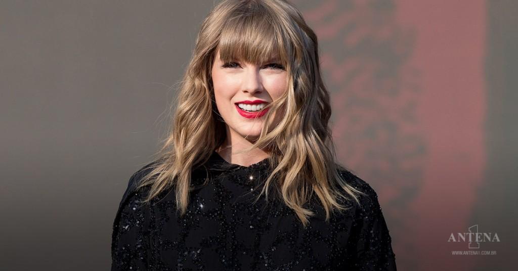 Placeholder - loading - Taylor Swift durante um de seus shows da Red Tour