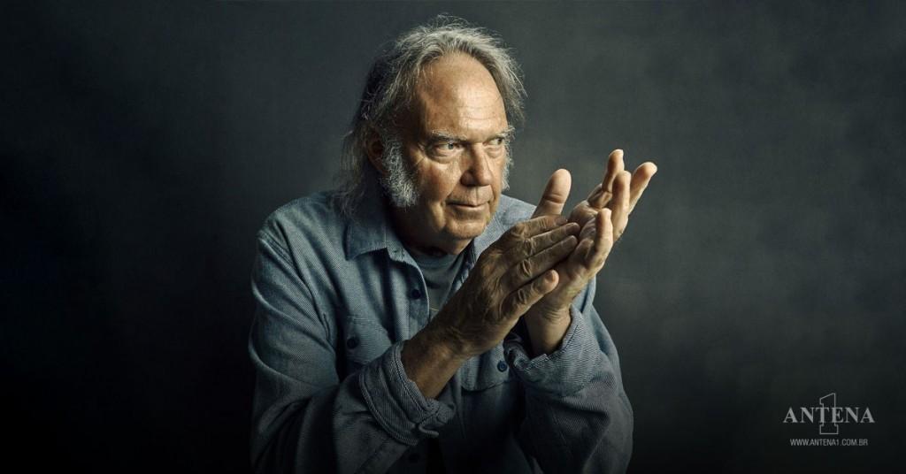 Placeholder - loading - Neil Young em fundo preto