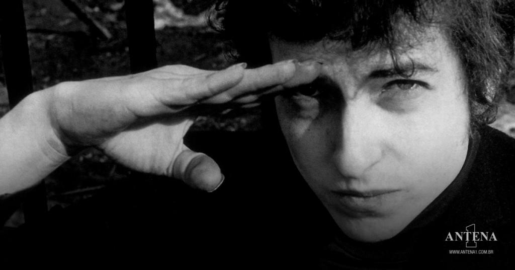 Placeholder - loading - Bob Dylan em fundo preto e branco