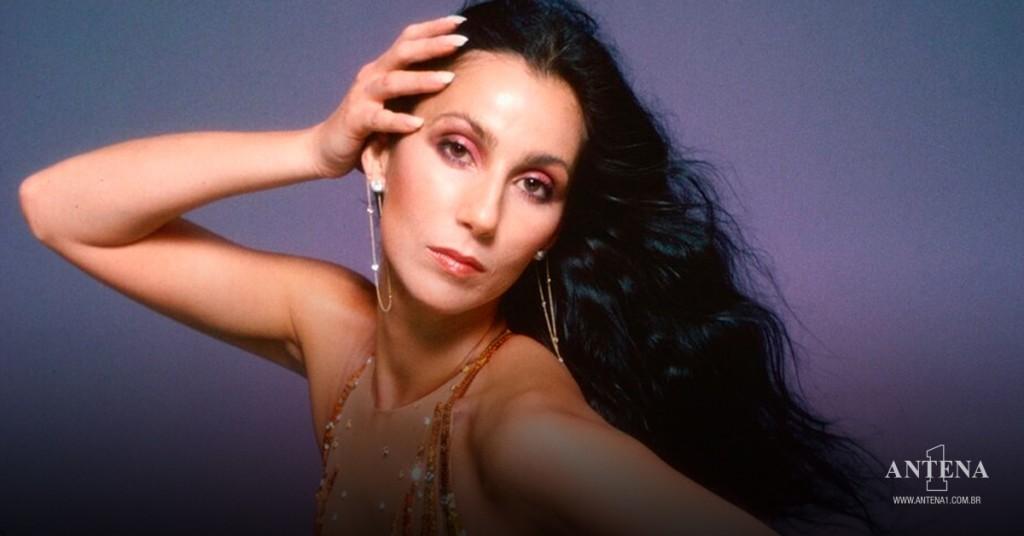Placeholder - loading - Cher em fundo roxo