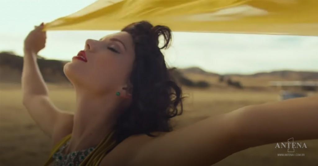 Placeholder - loading - Taylor Swift em fundo deserto
