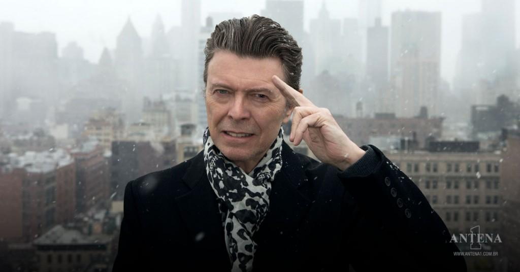 Placeholder - loading - David Bowie olhando para câmera na cidade de Nova York nevando