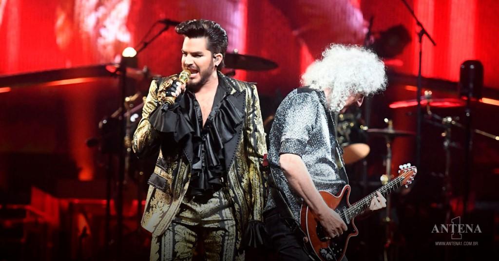 Placeholder - loading - Queen e Adam Lambert no palco em fundo vermelho