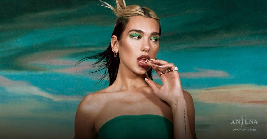 Placeholder - loading - Dua Lipa utilizando roupa e maquiagem verde, em frente a fundo de mesma cor – Photoshoot/Divulgação
