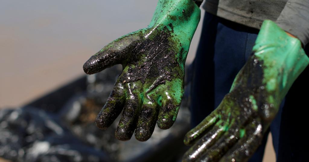 Placeholder - loading - Trabalho de limpeza de manchas de óleo na praia de Coruripe, Alagoas 14/10/2019 REUTERS/Adriano Machado