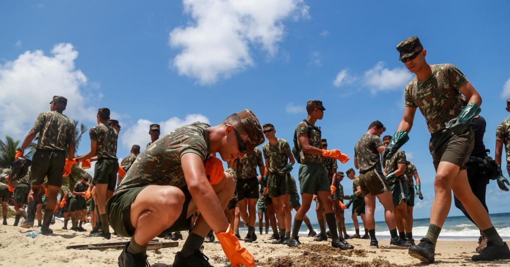 Placeholder - loading - Soldados trabalham na remoção de óleo na praia de Itapuama, Cabo de Santo Agostinho, Pernambuco 22/10/2019 REUTERS/Diego Nigro
