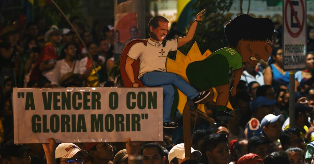 Placeholder - loading - Manifestantes erguem cartaz representando Luis Fernando Camacho e Evo Morales durante protesto em Santa Cruz, na Bolívia 04/11/2019 REUTERS/Rodrigo Urzagasti