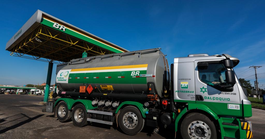 Placeholder - loading - Caminhão-tanque deixa refinaria da Petrobras em Canoas (RS) 02/05/2019 REUTERS/Diego Vara