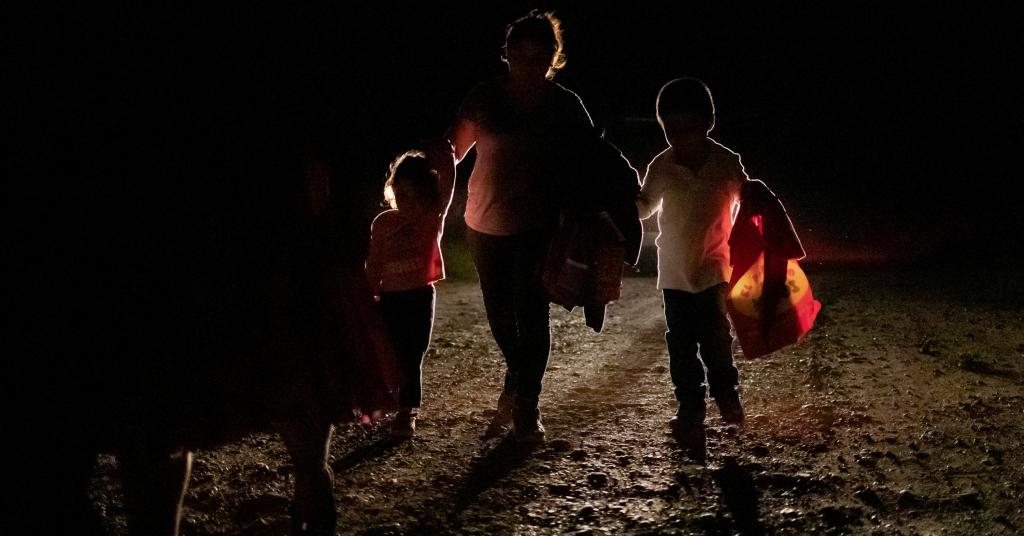 Placeholder - loading - Mulher de Honduras com dois filhos é acompanhada por agente de fronteira dos EUA 03/10/2018 REUTERS/Adrees Latif