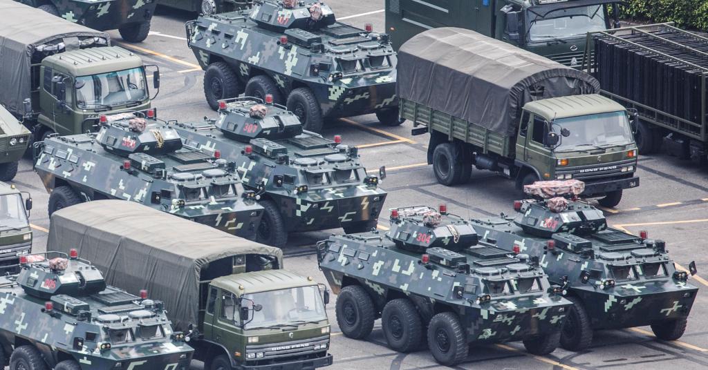 Placeholder - loading - Veículos militares estacionados perto de estádio em Shenzhen, na China 15/08/2019 REUTERS/Thomas Peter