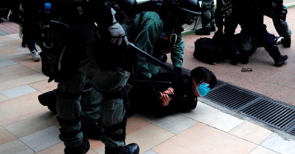 Placeholder - loading - Polícia prende manifestante em Hong Kong 05/01/2020 REUTERS/Tyrone Siu
