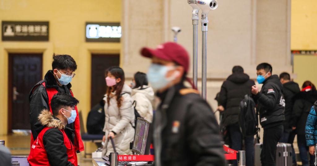 Placeholder - loading - Funcionários do governo monitoram scanners que medem a temperatura de passageiros em ponto de checagem na estação de trem Hankou, em Wuhan 21/01/2020 China Daily via REUTERS