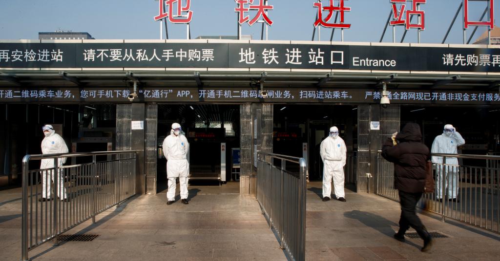 Placeholder - loading - Funcionários medem a temperatura dos passageiros em estação de trem na região central de Pequim, China 25/01/2020 REUTERS/Thomas Peter