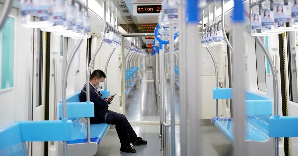 Placeholder - loading - Homem com máscara de proteção em vagão vazio do metrô de Xangai 23/01/2020 REUTERS/Aly Song