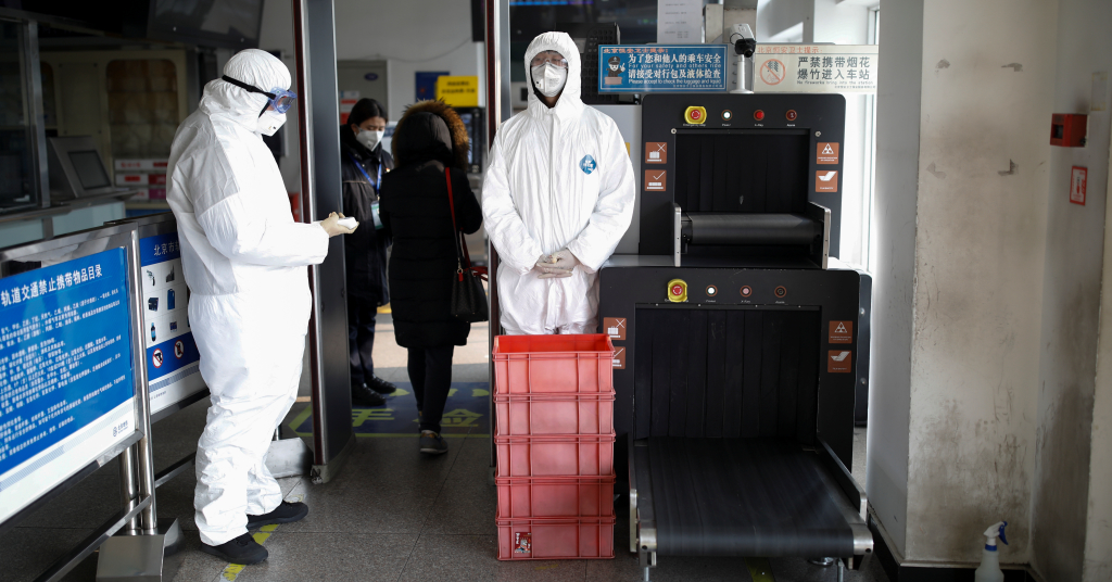 Placeholder - loading - Funcionários com roupa de proteção em estação de metrô de Pequim 28/01/2020 REUTERS/Carlos Garcia Rawlins
