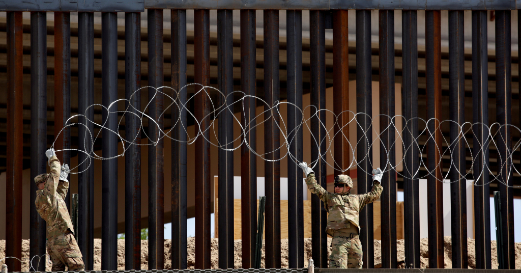 Placeholder - loading - Soldados instalam arame farpado perto de cerca na fronteira entre EUA e México em El Paso, Texas, em foto tirada da Ciudad Juárez 04/04/2019 REUTERS/Jose Luis Gonzalez