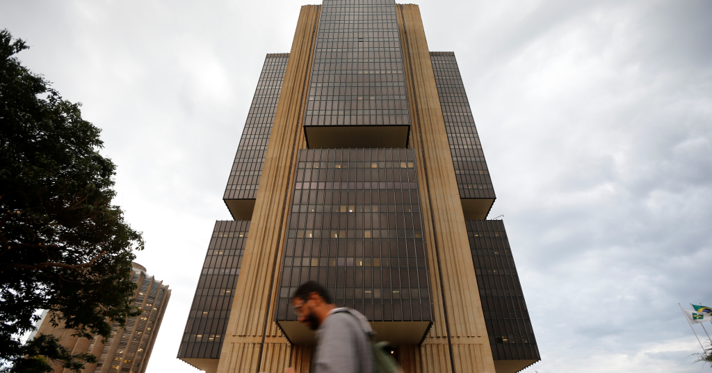 Placeholder - loading - Homem caminha em frente à sede do Banco Central, em Brasília 29/10/2019 REUTERS/Adriano Machado