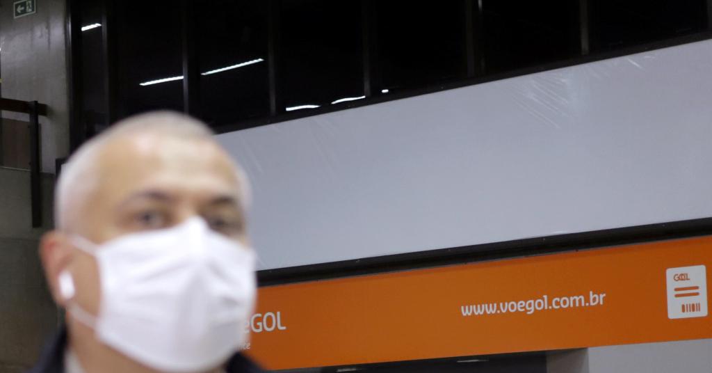 Placeholder - loading - Homem usa máscara de proteção facial no aeroporto de Guarulho 12/03/2020 REUTERS/Rahel Patrasso