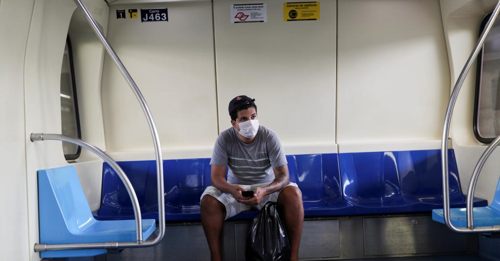 Placeholder - loading - Passageiro usa máscara de proteção no metrô de São Paulo 16/03/2020 REUTERS/Amanda Perobelli