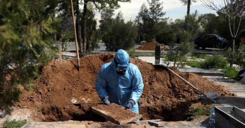 Placeholder - loading - Funcionário de cemitério de Teerã enterra jornalista iraniano que morreu devido ao coronavírus 24/03/2020 WANA (West Asia News Agency)/Ali Khara via REUTERS