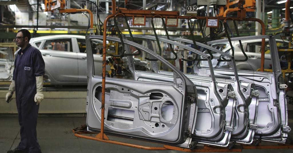 Placeholder - loading - Trabalhador brasileiro em uma linha de montagem na fábrica da Ford de São Bernardo do Campo  13/08/2013 REUTERS/Nacho Doce
