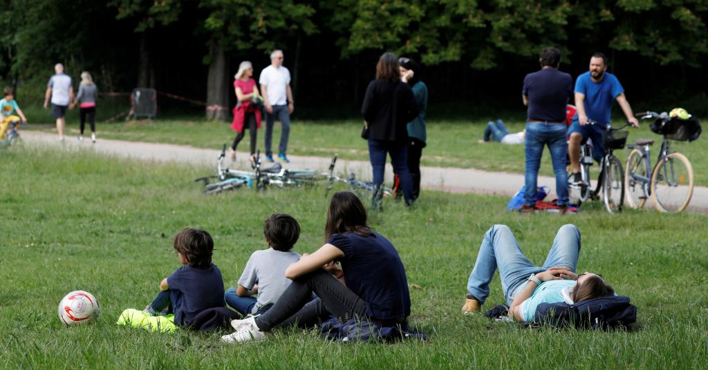 Placeholder - loading - Pessoas em parque de Paris 10/05/2020 REUTERS/Charles Platiau