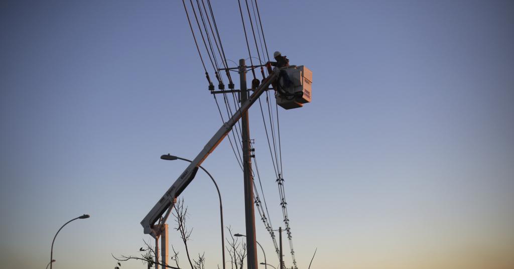 Placeholder - loading - Técnicos trabalham em linha de distribuição de energia em Itu (SP)  27/10/2014 REUTERS/Nacho Doce