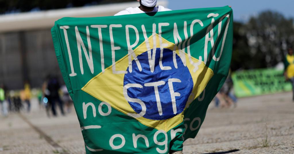Placeholder - loading - Apoiador do presidente Jair Bolsonaro protesta contra o STF em Brasília 31/05/2020 REUTERS/Ueslei Marcelino