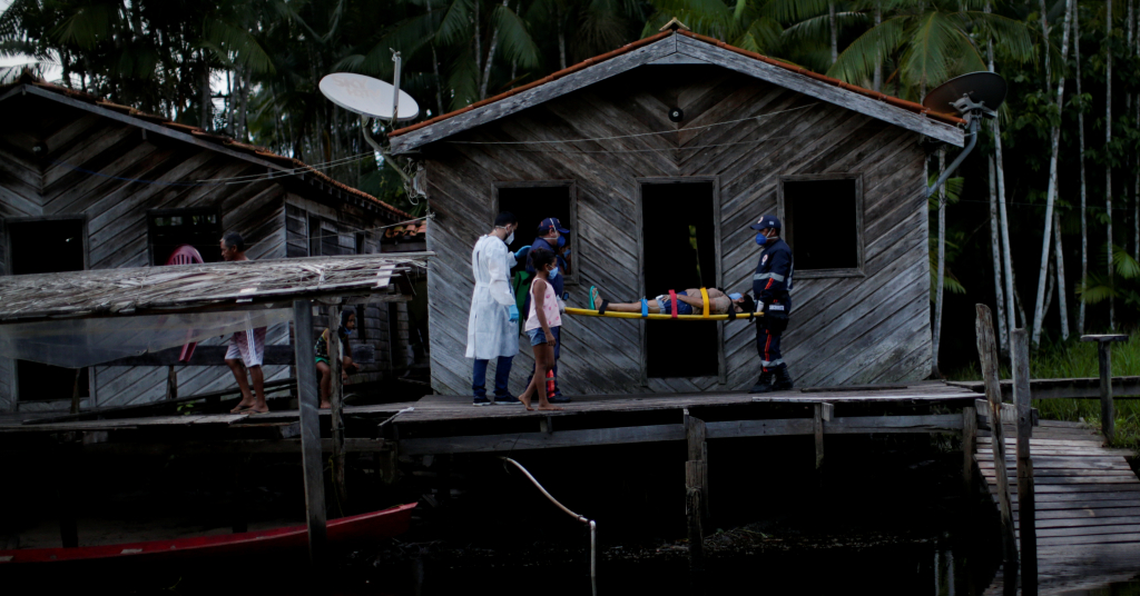 Placeholder - loading - Médico Jorge Hernandez ao lado de Maria Angela, que teve resultado positivo em exame de Covid-19, em comunidade na ilha de Marajó 13/06/2020 REUTERS/Ueslei Marcelino
