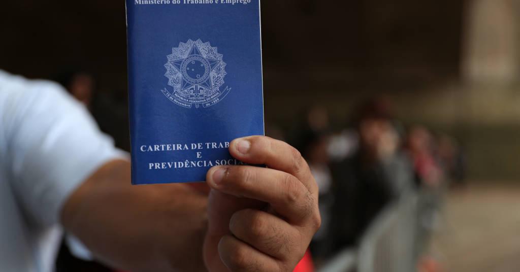 Placeholder - loading - Homem mostra carteira de trabalho em fila para procurar emprego no centro de São Paulo 29/03/2019 REUTERS/Amanda Perobelli