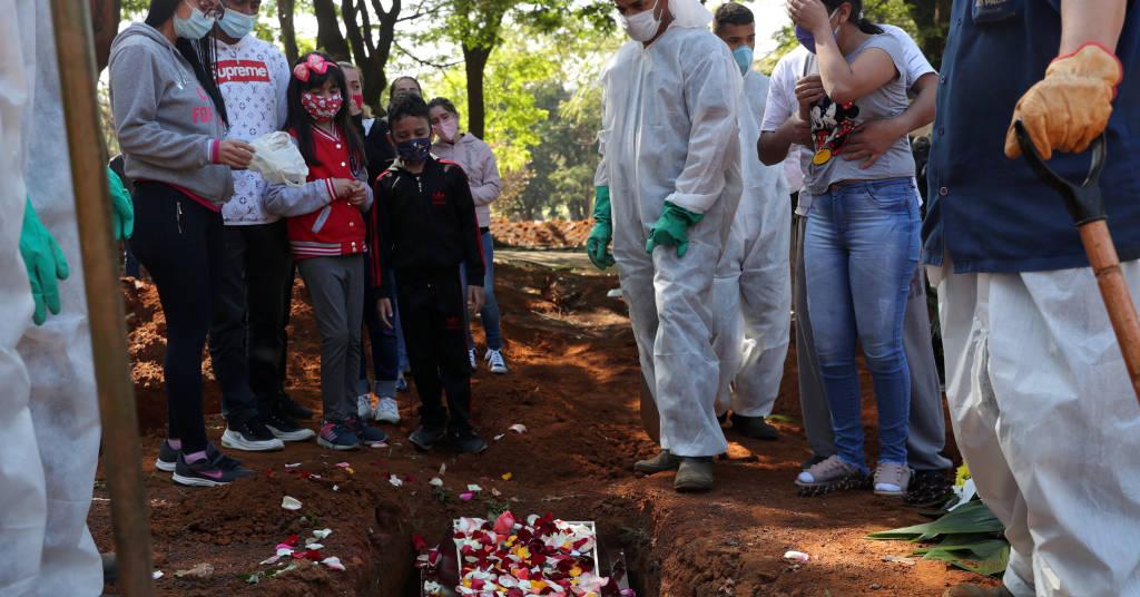 Placeholder - loading - Familiares acompanham funeral de mulher que morreu com suspeita de ter contraído Covid-19, em São Paulo. 6/8/2020. REUTERS/Amanda Perobelli