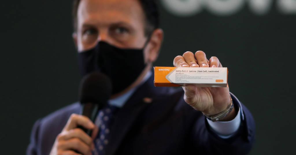 Placeholder - loading - Governador Joao Doria segura caixa com a vacina da Sinovac 21/07/2020 REUTERS/Amanda Perobelli