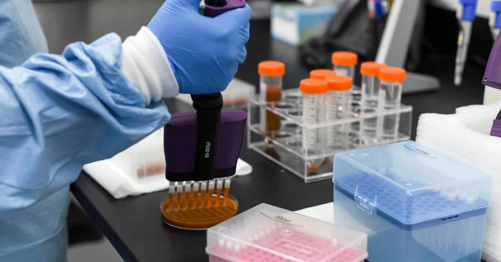 Placeholder - loading - Pesquisador faz testes nos Laboratórios Biogenix, que fazem testes de detecção de Covid-19, em Masdar, Emirados Árabes 06/10/2020 REUTERS/Khushnum Bhandari