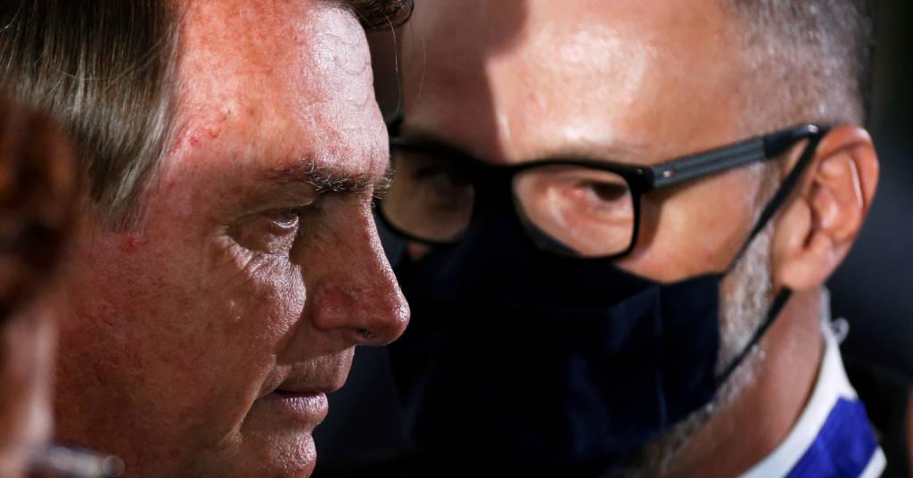 Placeholder - loading - Presidente Jair Bolsonaro conversa com diretor-presidente da Anvisa, Antônio Barra Torres, durante cerimônia no Palácio do Planalto 22/10/2020 REUTERS/Adriano Machado
