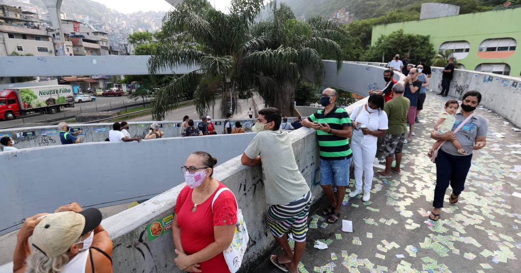 Placeholder - loading - Eleitores fazem fila para votar no Rio de Janeiro 15/11/2020 REUTERS/Sergio Moraes