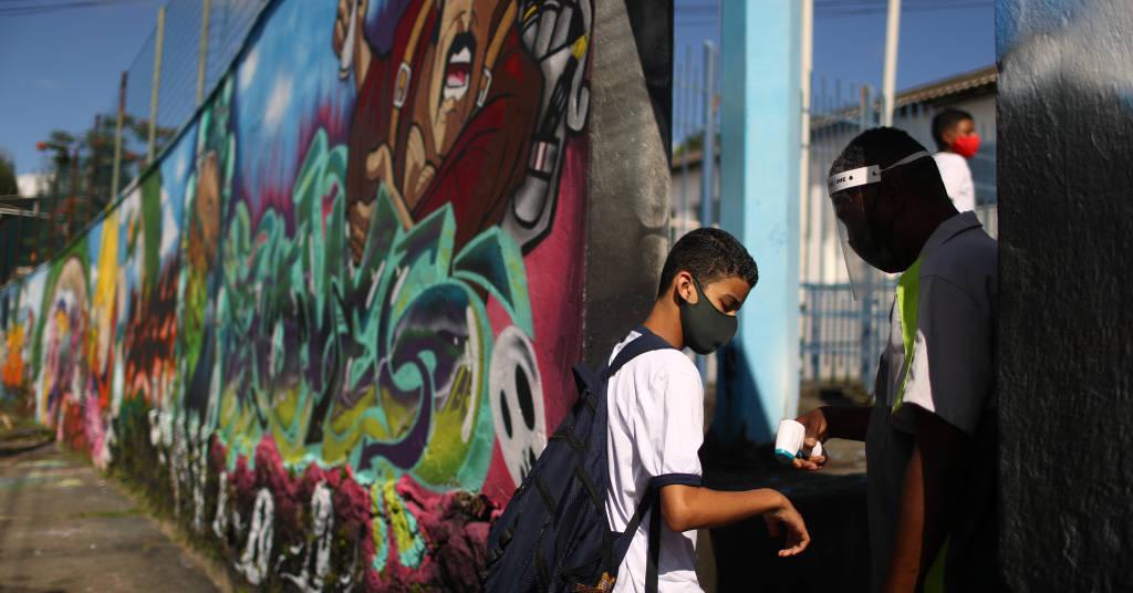 Placeholder - loading - Aluno chega a escola municipal no Rio de Janeiro  24/11/2020 REUTERS/Pilar Olivares