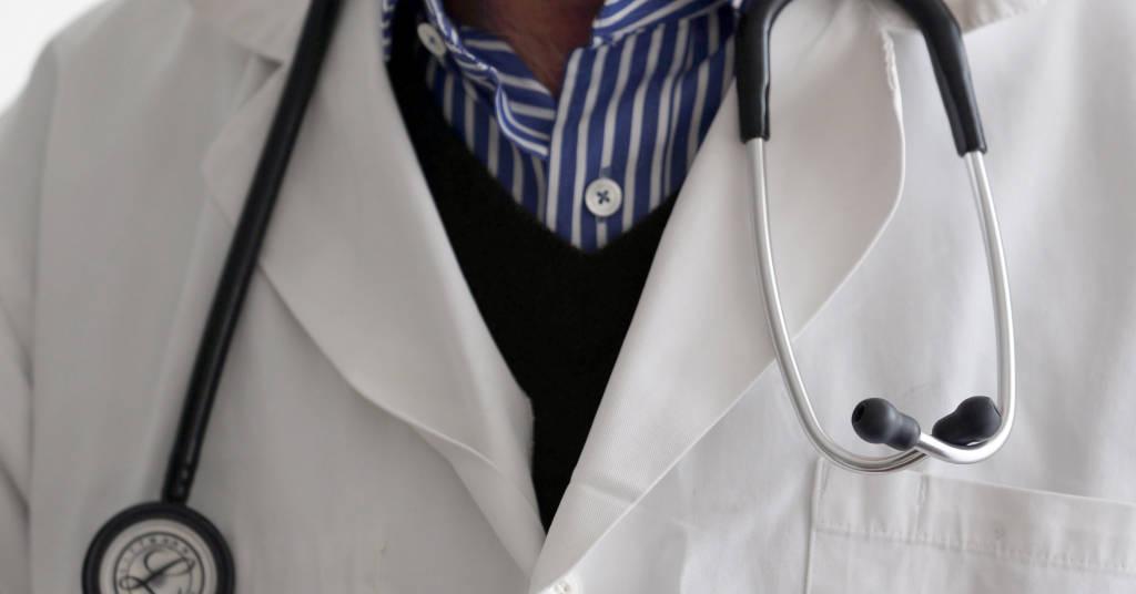 Placeholder - loading - Vista de um médico com estetoscópio. 7/1/2015. REUTERS/Regis Duvignau